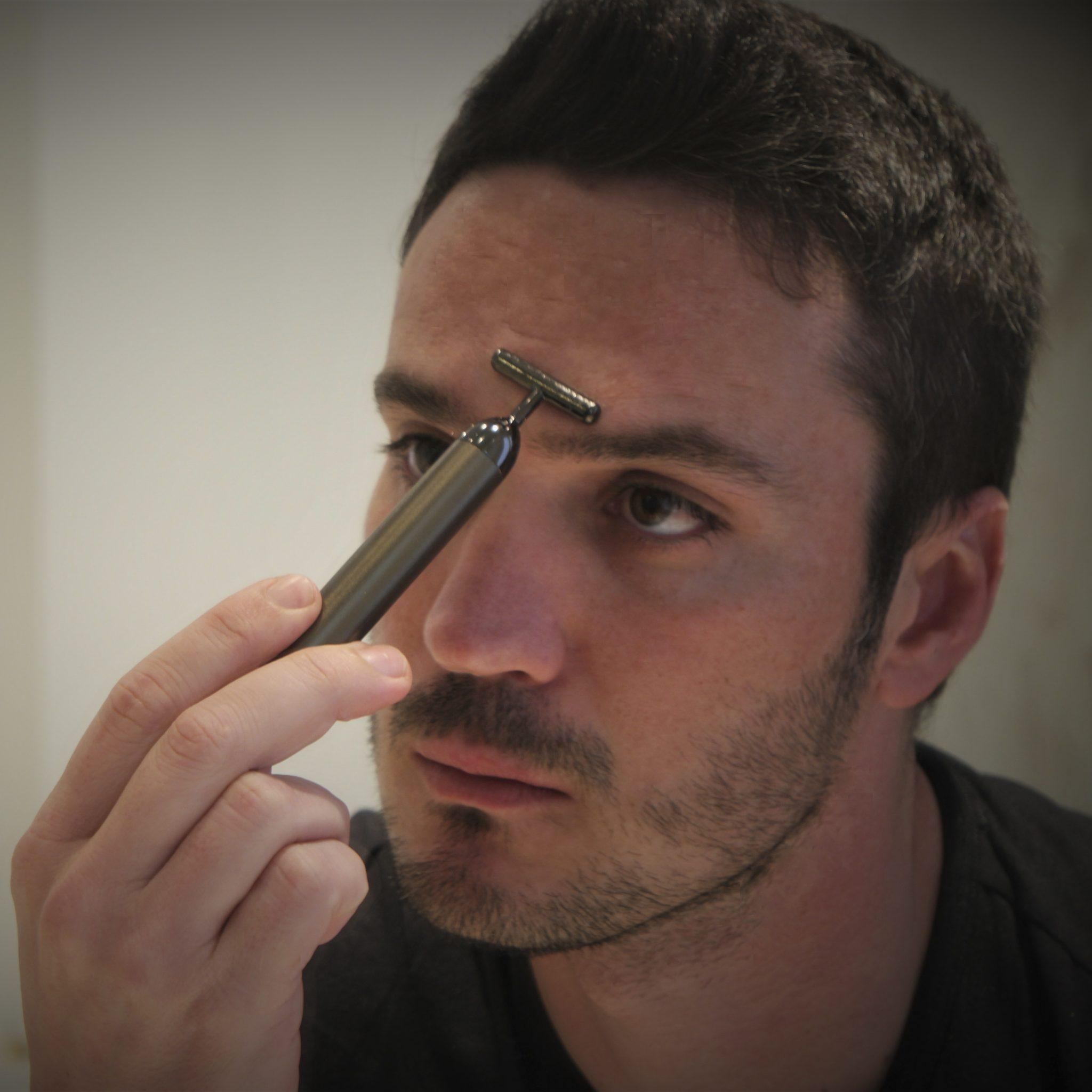 Hombre-con-aplicador-facial-eléctrico